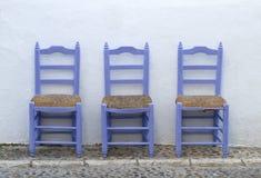 Μεσογειακές μπλε καρέκλες μόνο Στοκ εικόνα με δικαίωμα ελεύθερης χρήσης