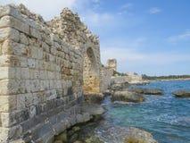 Μεσογειακή ακτή Οι γραφικές καταστροφές του νότιου τοίχου της αρχαίας πόλης Korikos στοκ φωτογραφίες