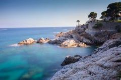 Μεσογειακή ακτή στην Ισπανία με τα σμαραγδένια νερά & το σαφή ουρανό Στοκ φωτογραφίες με δικαίωμα ελεύθερης χρήσης