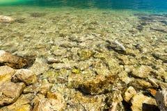 Μεσογειακή παραλία και μπλε θάλασσα, υπόβαθρο τουρισμού διακοπών Στοκ Φωτογραφίες