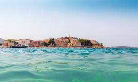 Μεσογειακή πόλη στην Κροατία, άποψη θάλασσας Στοκ φωτογραφίες με δικαίωμα ελεύθερης χρήσης