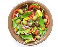 Μεσογειακή σαλάτα με τις ελιές, αβοκάντο στοκ φωτογραφία με δικαίωμα ελεύθερης χρήσης