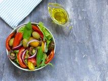 Μεσογειακή σαλάτα με τις ελιές, αβοκάντο στοκ φωτογραφία