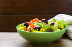 Μεσογειακή σαλάτα με τις ελιές, αβοκάντο στοκ φωτογραφίες