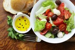Μεσογειακή σαλάτα με τις ελιές, μοτσαρέλα στοκ εικόνες