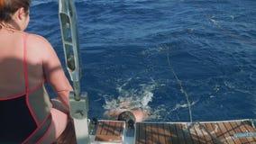 ΜΕΣΟΓΕΙΑΚΟΣ - ΤΟ ΝΟΈΜΒΡΙΟ ΤΟΥ 2017 CIRCA: Άνθρωποι που λούζουν στην ανοικτή θάλασσα πετώ στη θάλασσα του γιοτ απόθεμα βίντεο