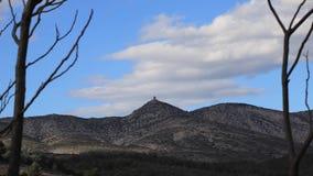 Μεσογειακός και ξηρός λόφος και νεφελώδης ουρανός Πυρηναία orientales, Γαλλία απόθεμα βίντεο