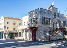 Μεσογειακό αστικό τοπίο - πέτρινο σπίτι με τα σχηματισμένα αψίδα παράθυρα στην Ιερουσαλήμ, Ισραήλ Στοκ φωτογραφίες με δικαίωμα ελεύθερης χρήσης