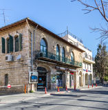 Μεσογειακό αστικό τοπίο - πέτρινο σπίτι με τα σχηματισμένα αψίδα παράθυρα στην Ιερουσαλήμ, Ισραήλ Στοκ εικόνα με δικαίωμα ελεύθερης χρήσης