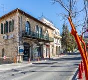 Μεσογειακό αστικό τοπίο - πέτρινο σπίτι με τα σχηματισμένα αψίδα παράθυρα στην Ιερουσαλήμ, Ισραήλ Στοκ εικόνες με δικαίωμα ελεύθερης χρήσης