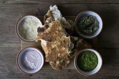 Μεσογειακό επίπεδο ψωμί με την εμβύθιση Στοκ Εικόνες