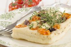 Μεσογειακό επίπεδο ψωμί με το θυμάρι Στοκ Φωτογραφία