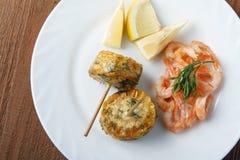 Μεσογειακό πιάτο των γαρίδων με τους σπάδικες καλαμποκιού Στοκ φωτογραφίες με δικαίωμα ελεύθερης χρήσης