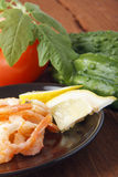 Μεσογειακό πιάτο των φρέσκων λαχανικών με τις γαρίδες Στοκ εικόνα με δικαίωμα ελεύθερης χρήσης