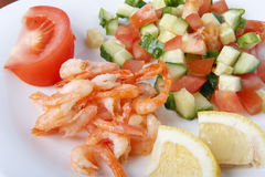 Μεσογειακό πιάτο των φρέσκων λαχανικών με τις γαρίδες Στοκ φωτογραφία με δικαίωμα ελεύθερης χρήσης