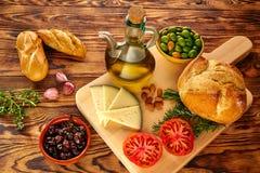 Μεσογειακό τυρί ελιών πετρελαίου ψωμιού τροφίμων Στοκ Εικόνες