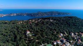 Μεσογειακό χωριό κοντά στη Νίκαια στους πράσινους λόφους στο φως ηλιοφάνειας στέγες και στενές οδοί κατωτέρω Βουνά και φιλμ μικρού μήκους