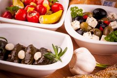 Μεσογειακό antipasto, φύλλα αμπέλων που γεμίζονται με τα πιπέρια Στοκ Εικόνες