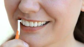 Μεσοδόντια βούρτσα απόθεμα βίντεο