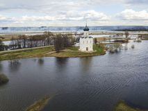 μεσολάβηση εκκλησιών nerl Ρωσία Εναέριο έδαφος άποψης στοκ φωτογραφία με δικαίωμα ελεύθερης χρήσης