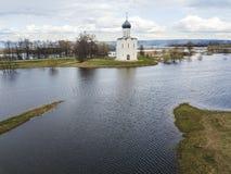 μεσολάβηση εκκλησιών nerl Ρωσία Εναέριο έδαφος άποψης στοκ εικόνα με δικαίωμα ελεύθερης χρήσης