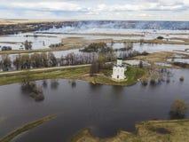 μεσολάβηση εκκλησιών nerl Ρωσία Εναέριο έδαφος άποψης στοκ φωτογραφίες