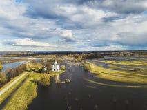 μεσολάβηση εκκλησιών nerl Ρωσία Εναέριο έδαφος άποψης στοκ φωτογραφίες με δικαίωμα ελεύθερης χρήσης
