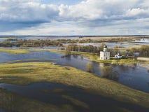 μεσολάβηση εκκλησιών nerl Ρωσία Εναέριο spri άποψης στοκ φωτογραφία με δικαίωμα ελεύθερης χρήσης