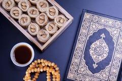 Μεσο-Ανατολική φωλιά Bulbul επιδορπίων knafeh που εξυπηρετείται με τον αραβικό μαύρο καφέ Qahwah Τοπ άποψη της φωτογραφίας τροφίμ Στοκ εικόνα με δικαίωμα ελεύθερης χρήσης