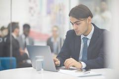 Μεσο-Ανατολικός επιχειρηματίας που χρησιμοποιεί το lap-top στοκ φωτογραφία με δικαίωμα ελεύθερης χρήσης