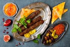 Μεσο-Ανατολικό παραδοσιακό γεύμα Αυθεντική αραβική κουζίνα Αρνί kebab, sambusek, muhammara, hummus κολοκύθας Στοκ Φωτογραφίες