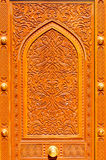 Μεσο-Ανατολικά σχέδια σε μια ξύλινη πόρτα του μεγάλου μουσουλμανικού τεμένους Qaboos σουλτάνων, Muscat, Ομάν Στοκ Εικόνες