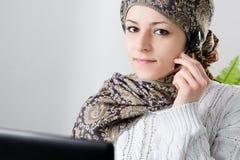 Μεσο-Ανατολική γυναίκα στο τηλεφωνικό κέντρο Στοκ Φωτογραφίες