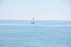 Μεσόγειος μια ηλιόλουστη ημέρα Γιοτ στη θάλασσα Στοκ Φωτογραφία