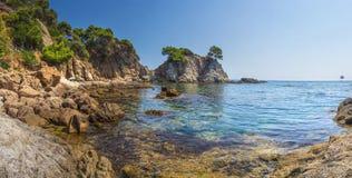 Μεσόγειος της Ισπανίας, κόλπος Lloret de Mar όμορφος κόλπος παραλιών σε Κόστα Μπράβα Καταπληκτικό seascape των βράχων και των πετ στοκ εικόνα με δικαίωμα ελεύθερης χρήσης