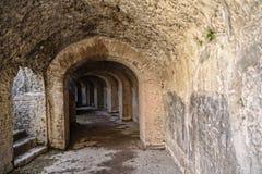 Μετάβαση κάτω από το αμφιθέατρο στη μιά φορά θαμμένη ρωμαϊκή πόλη του νότου της Πομπηίας της Νάπολης κάτω από τη σκιά του Βεζουβί στοκ εικόνες