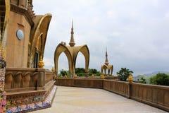 Μετάβαση και σχηματισμένος αψίδα θόλος ένα από τα επίπεδα του ναού σε Pha Sorn Kaew, Khao Kor, Phetchabun, Ταϊλάνδη στοκ φωτογραφίες με δικαίωμα ελεύθερης χρήσης