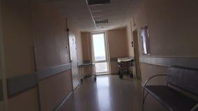 Μετάβαση κατά μήκος του διαδρόμου νοσοκομείων άποψη πρώτος-προσώπων POV βίντεο απόθεμα βίντεο