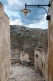 Μετάβαση με το φανάρι που οδηγεί στην άποψη των αρχαίων σπηλαίων Sassi στοκ εικόνες