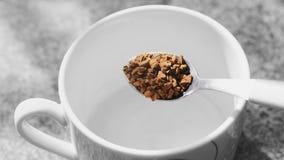 Μετάβαση να προετοιμαστεί ένας στιγμιαίος μαύρος καφές στοκ φωτογραφία