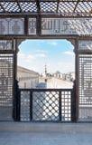 Μετάβαση που περιβάλλει το μουσουλμανικό τέμενος Ibn Tulun που πλαισιώνεται από τον ξύλινο διατρυπημένο τοίχο Mashrabiya Στοκ Εικόνες
