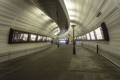 Μετάβαση πόλεων - σήραγγα περιπάτων στοκ φωτογραφία