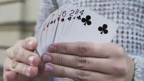 Μετάθεση ατόμων ένα πακέτο των καρτών φιλμ μικρού μήκους