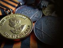 Μετάλλιο ` για τη νίκη πέρα από τη Γερμανία 1941-1945 ` και μετάλλια ` για την αξία ` μάχης στην κορδέλλα του ST George Παππούς β στοκ φωτογραφίες