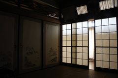 Μετάφραση: ` Μια παραδοσιακή αίθουσα `, σε ένα παλαιό ιαπωνικό σπίτι στο Φουκουόκα, στοκ φωτογραφίες με δικαίωμα ελεύθερης χρήσης