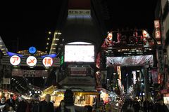 Μετάφραση: Οδός αγορών Ameyoko Οι αλέες έχουν γύρω το foo στοκ εικόνες