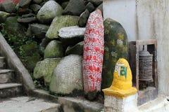 Μετάφραση: Ο βόμβος του OM Mani Padme μάντρας χρωμάτισε στις πέτρες mani στοκ εικόνα με δικαίωμα ελεύθερης χρήσης