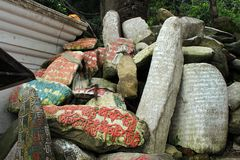 Μετάφραση: Ο βόμβος του OM Mani Padme μάντρας χρωμάτισε στις πέτρες mani στοκ φωτογραφίες με δικαίωμα ελεύθερης χρήσης