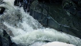 Μετά από έναν παγωμένο ποταμό κάτω από Mountainside απόθεμα βίντεο