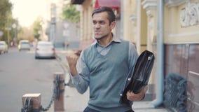 Μετά από μια επιτυχή διαπραγμάτευση, ένας νέος επιχειρηματίας με τους ανόητους χαρτοφυλάκων γύρω, ρίχνει επάνω στο χαρτοφύλακά το απόθεμα βίντεο